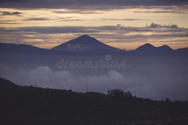 Halna dolina z mgłowym przy półmroku czasem obrazy stock