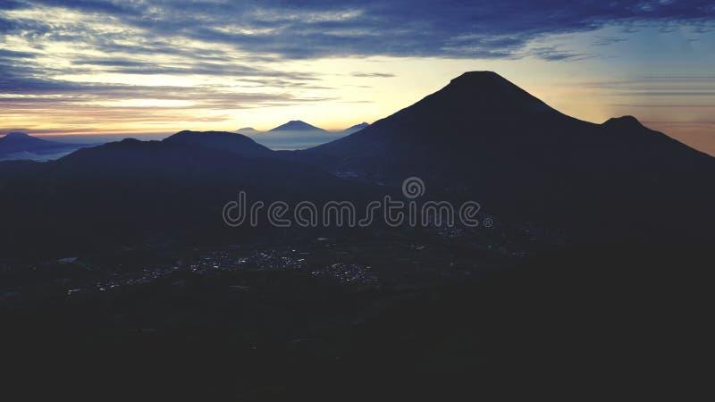 Halna dolina z piękną chmurą zdjęcia royalty free