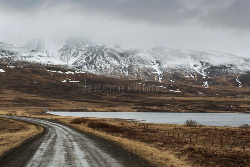 Halna droga, dalekie śnieżne góry zdjęcia royalty free