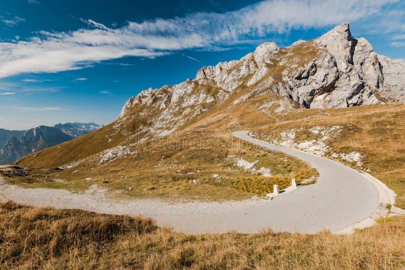 Halna droga i sucha trawa w Hugh Alps obraz royalty free