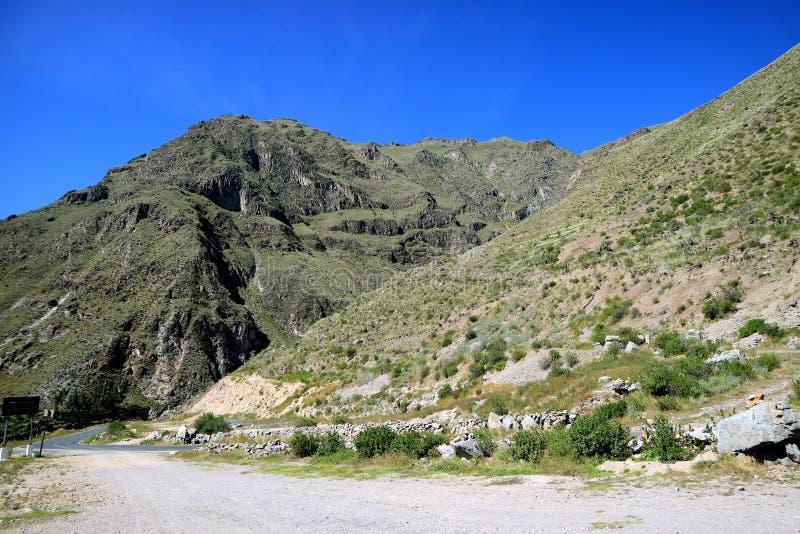 Halna droga na Peruwiańskim Altiplano, Colca jar, Arequipa, Peru, Ameryka Południowa zdjęcia stock