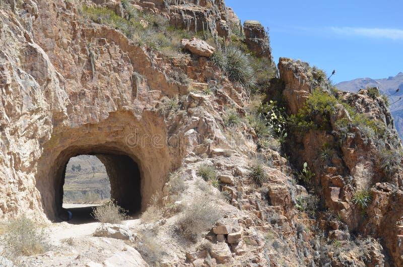 Halna droga przez tunelu Autostrada w górzystym terenie blisko skalistych skłonów kamień obraz stock