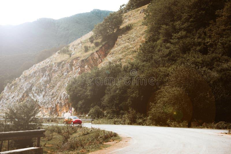 Halna droga z samochodem zdjęcia stock