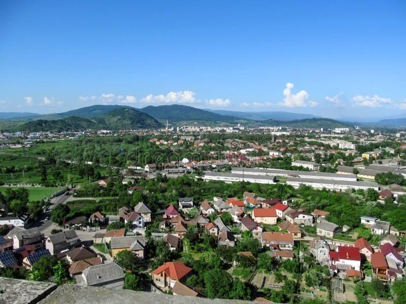 Halna panorama Mukachevo - widok od balkonu Palanok kasztel Piękna wiosna i lato krajobraz miasteczko wewnątrz obrazy stock