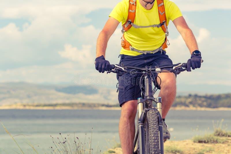 Halna rowerzysta jazda na rowerze przy morzem zdjęcie royalty free