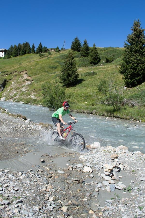Halna rowerzysta jazda przez strumienia zdjęcia royalty free