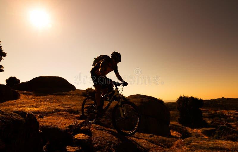 Halna rowerzysta sylwetka obraz stock