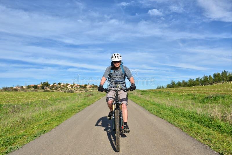 Halna rowerzysta wioska przy tłem fotografia royalty free