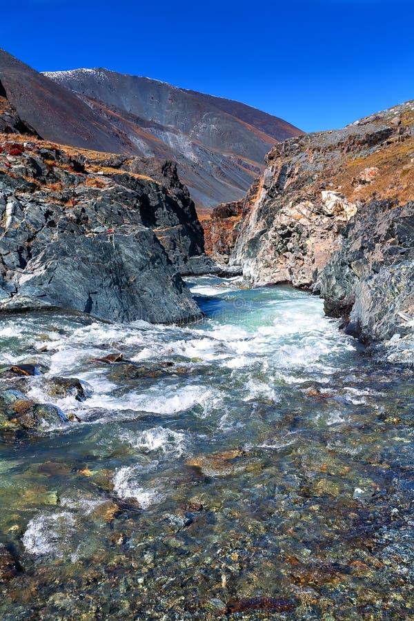 Halna rzeka, kamienie, kołysa zdjęcie royalty free