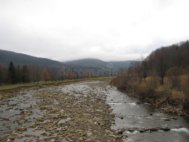 Halna rzeka w jesieni zielonej dolinie zdjęcie royalty free