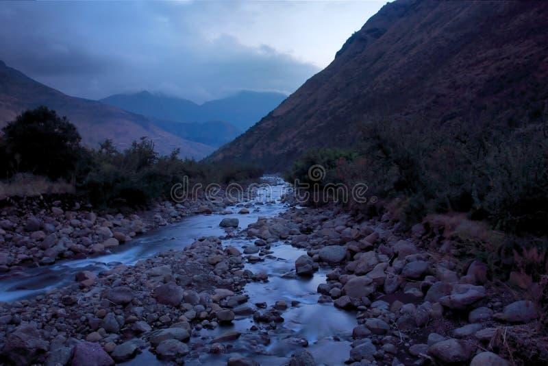 Halna rzeka w półmroku zdjęcie stock