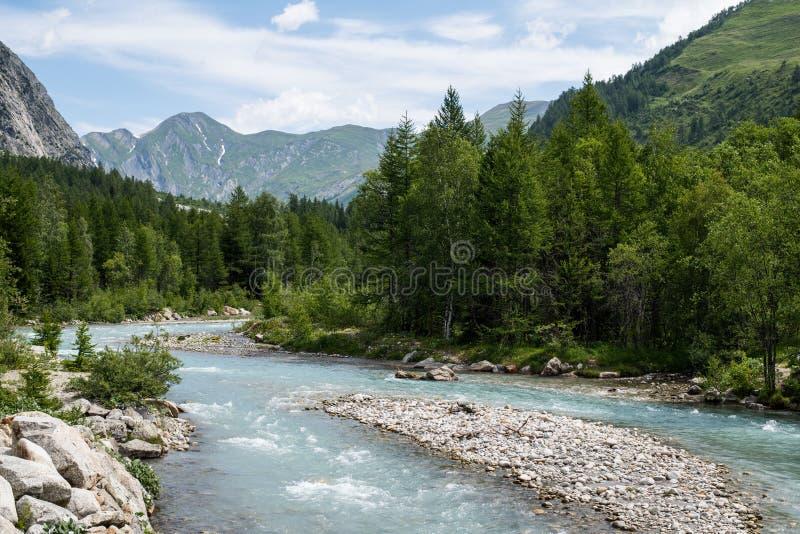 Halna rzeka w Val fretce, Aosta dolina, Włochy zdjęcia stock