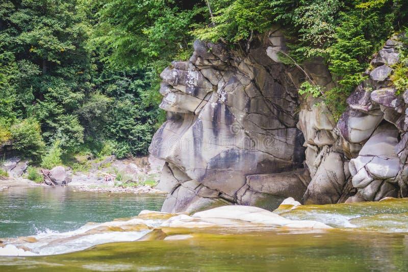 Halna rzeka z ogromnymi kamieniami na brzeg w lecie Malownicza siklawa w Yaremche, Ukraine_ zdjęcia stock