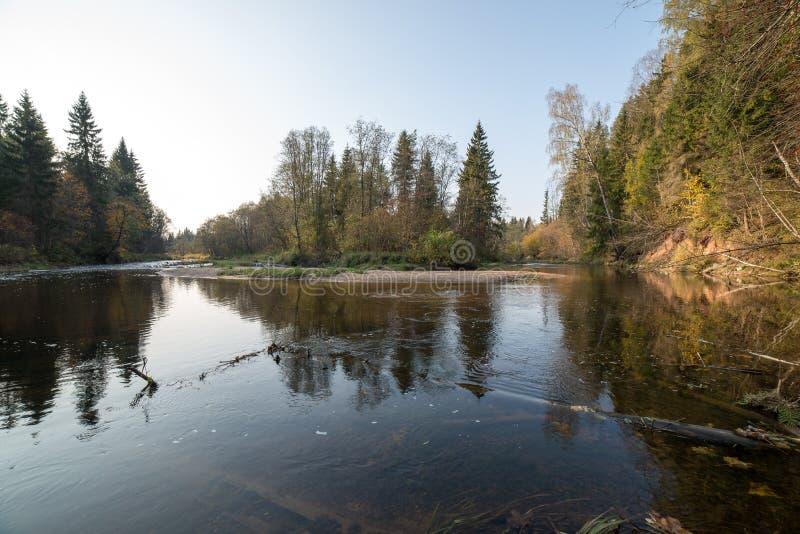 halna rzeka z skałami i piaskowami retro -, rocznik fotografia stock