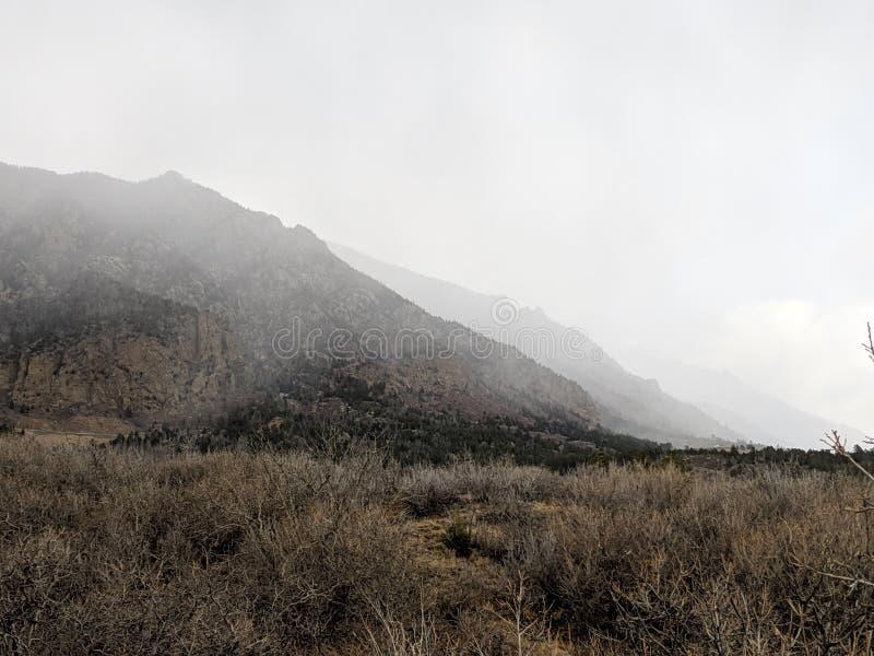 Halna scena z mgłowym tłem obrazy royalty free