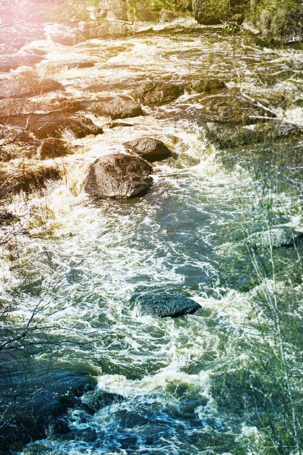 Halna strumień rzeka z kamieniami obraz stock