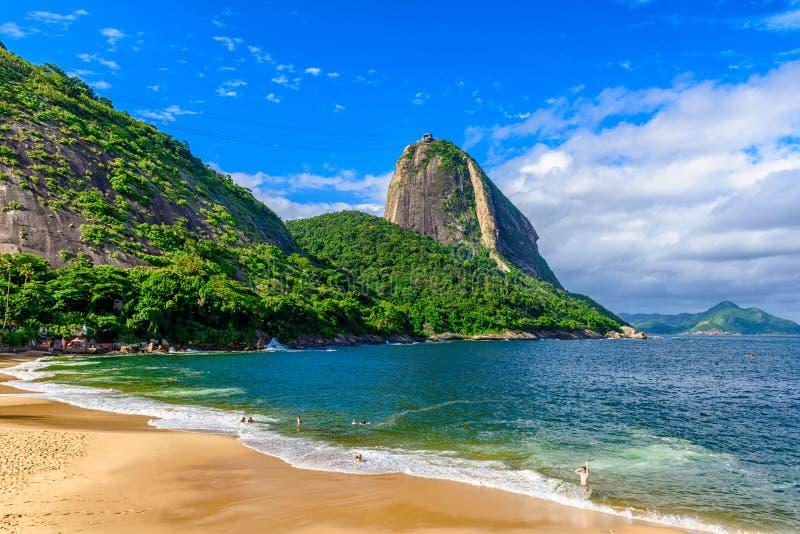 Halna Sugarloaf i rewolucjonistki plaża w Rio De Janeiro zdjęcia royalty free