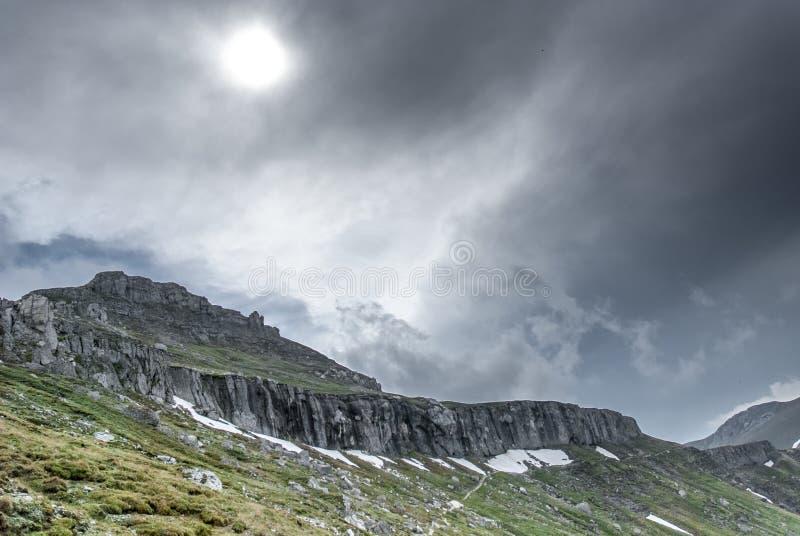 Halne granie z słońcem wśród chmur fotografia royalty free