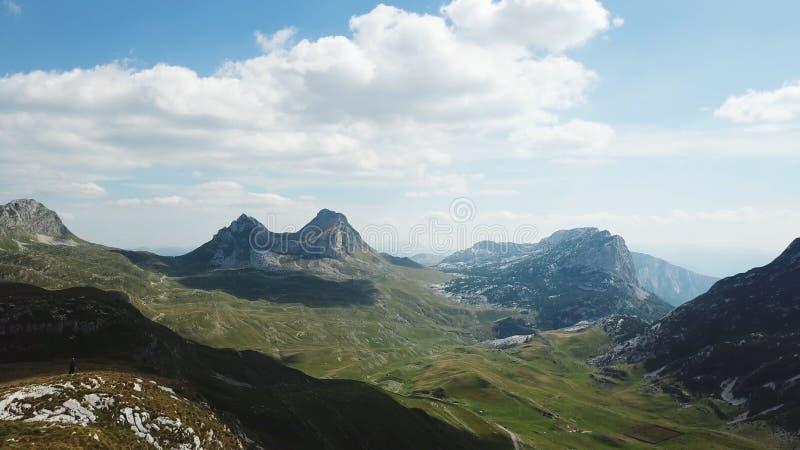 halnej panoramy odgórny widok zapas Słoneczny dzień z chmurami w górach Podniecający krajobraz góry i falezy zdjęcie stock