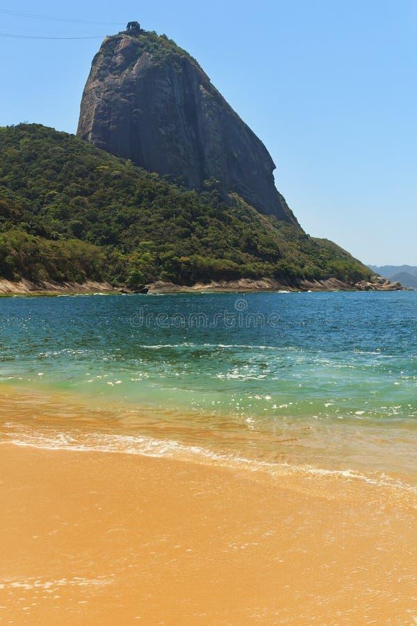 Halnej Sugarloaf czerwieni pustej plaży błękitny morze, Rio De Janeiro zdjęcie stock