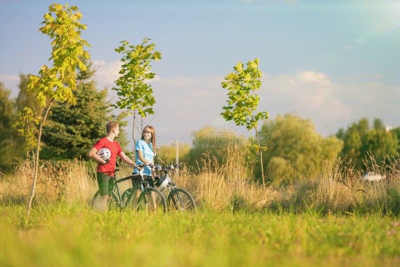 Halni rowerzyści Ma przespacerowanie w lato lesie zdjęcia royalty free