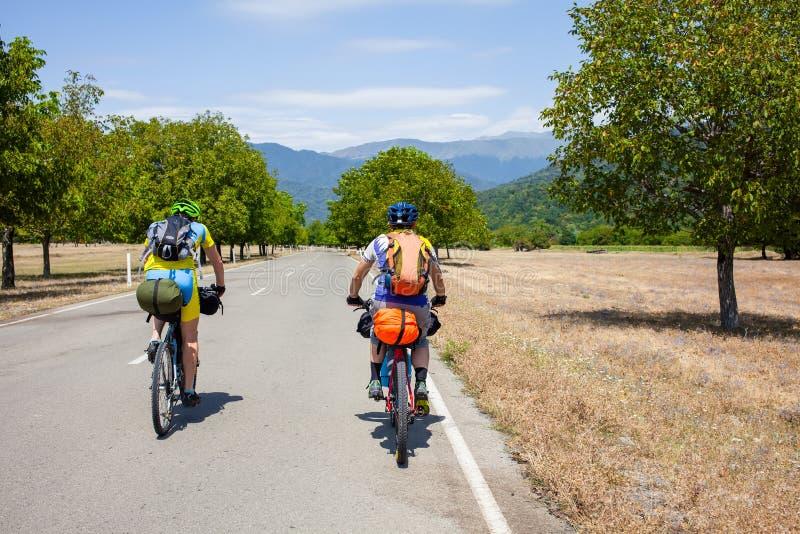 Halni rowerzyści podróżują w średniogórzach Tusheti Regio fotografia stock