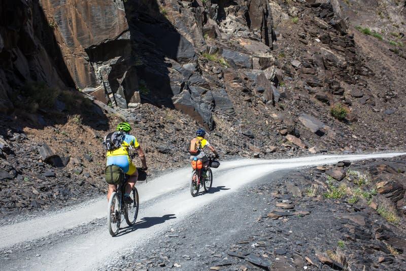 Halni rowerzyści podróżują w średniogórzach Tusheti Regio zdjęcia royalty free