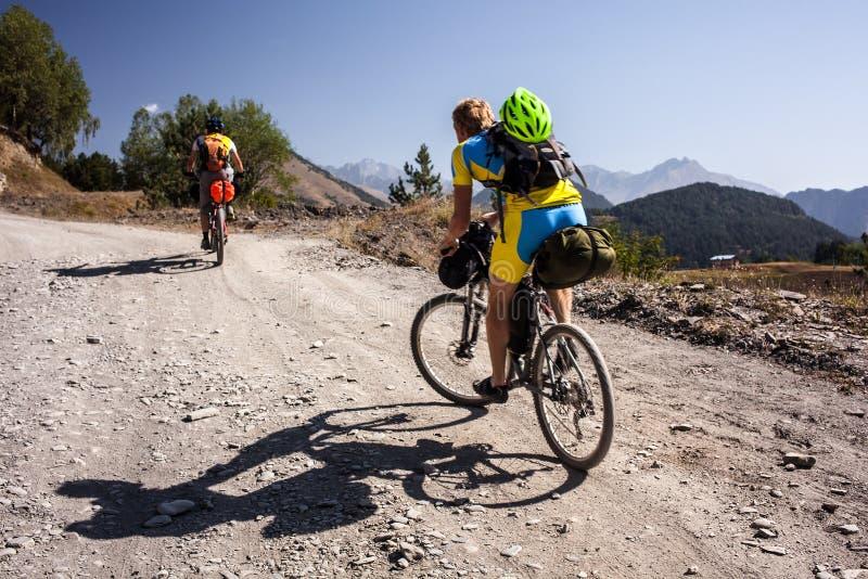Halni rowerzyści podróżują w średniogórzach Tusheti Regio obrazy stock