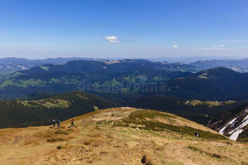halni szczyty z greenery i śniegiem w Carpathians obraz stock