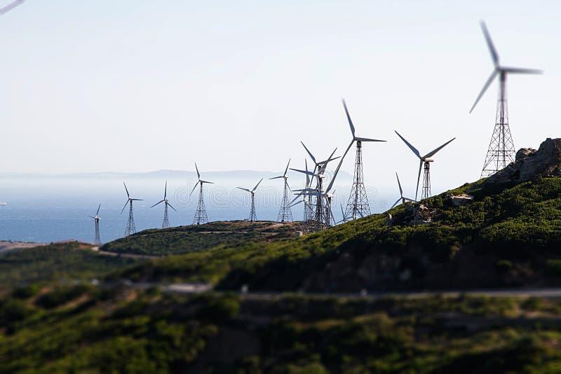 Halni wzgórza z silnikami wiatrowymi wytwarza elektryczność zdjęcie royalty free