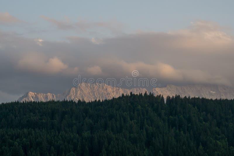 Halny łańcuch za lasem obrazy royalty free