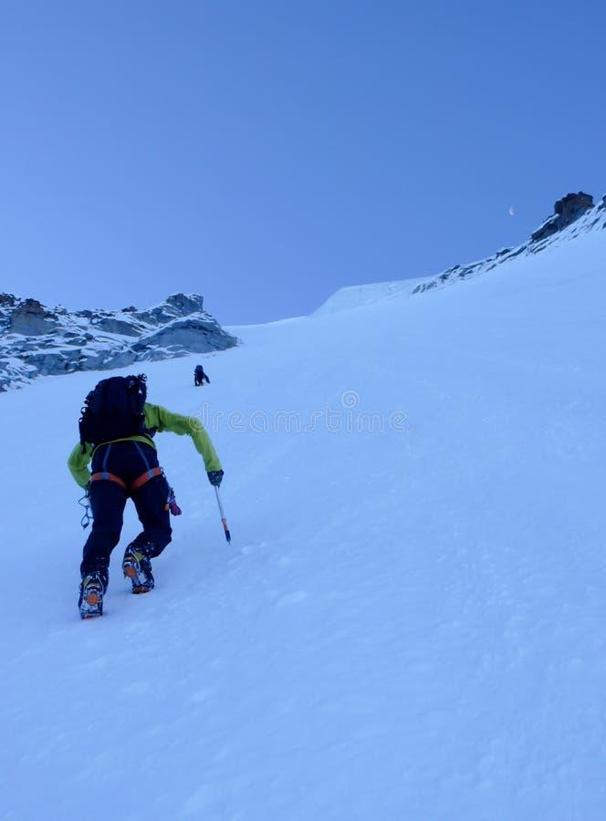 Halny arywista na stromej północnej twarzy na Granie Paradiso w Włoskich Alps fotografia stock