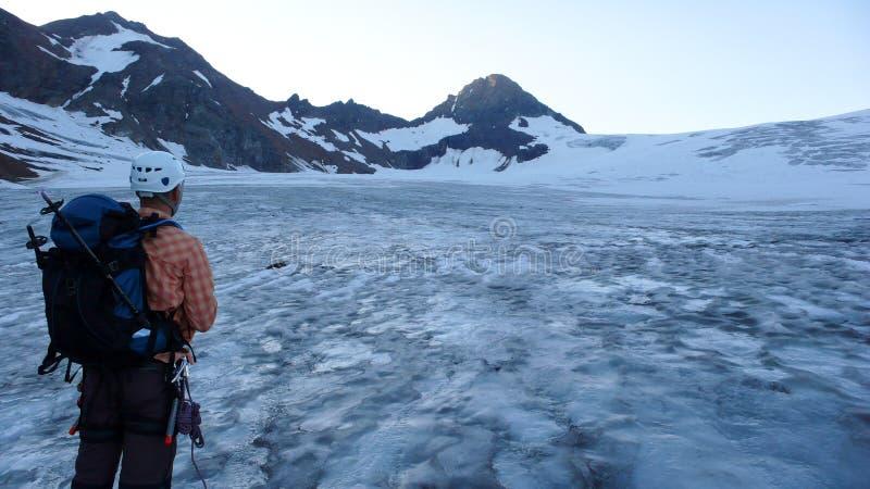 Halny arywista przyglądający za wielkim lodowu w Silvretta górach w Szwajcaria na zdjęcia stock