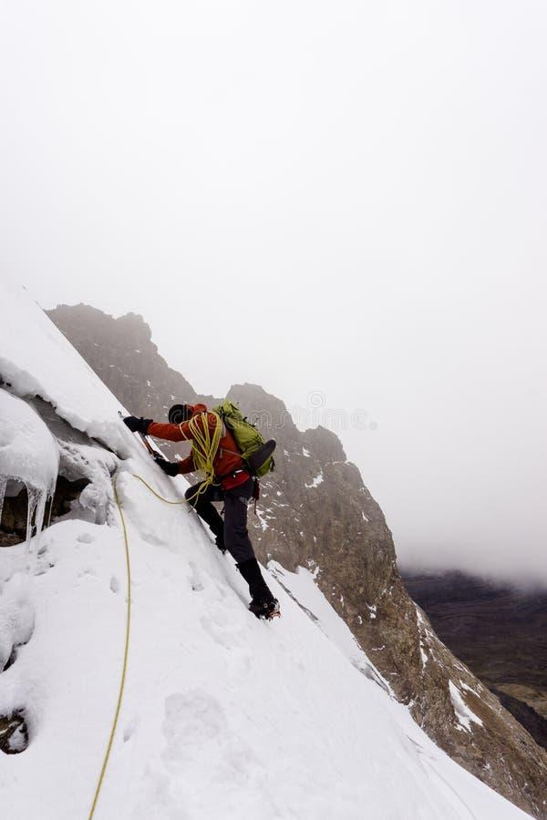 Halny arywista w czerwonej kurtce na stromym lodowu w Andes w Peru zdjęcia stock
