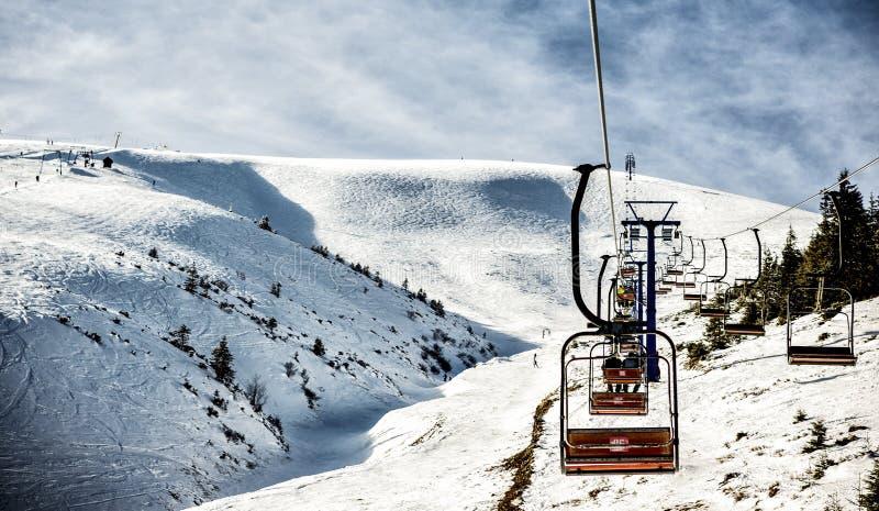 Halny dźwignięcie dla narciarek i snowboarders obraz royalty free