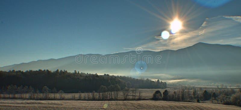 halny dymiący wschód słońca zdjęcia royalty free
