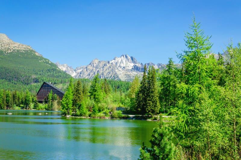 Halny jeziorny Strbske Pleso w parku narodowym obrazy stock