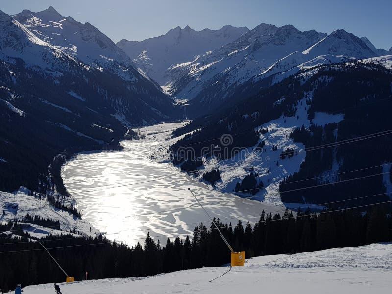 Halny jezioro, Gerlos, Austria Styczeń 2018 obrazy stock