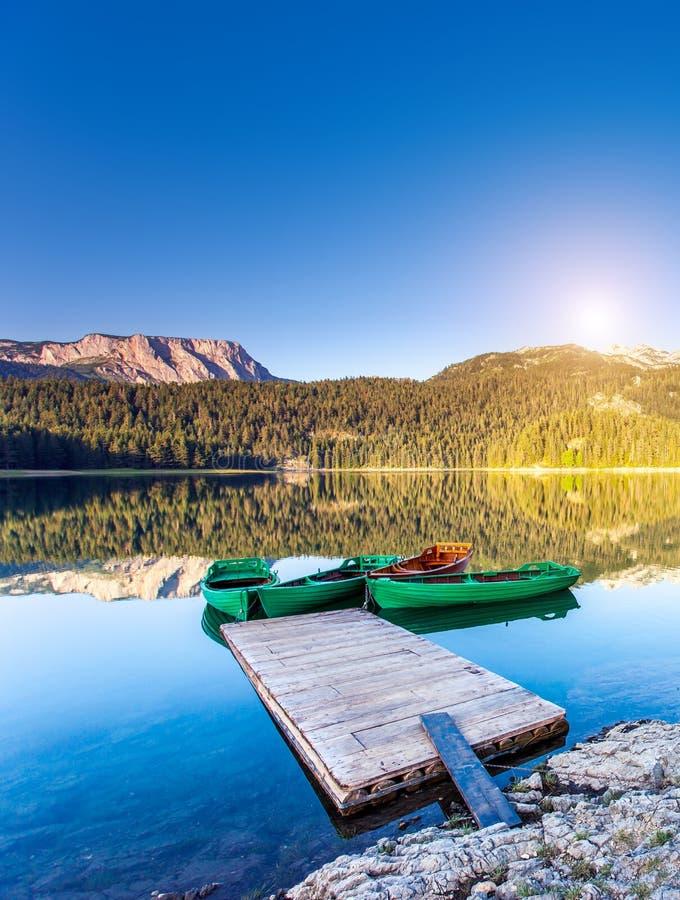 Halny jezioro i łodzie zdjęcie stock