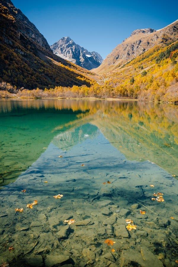 Halny jezioro jest bardzo wewnątrz spokojnym pogodą obrazy royalty free