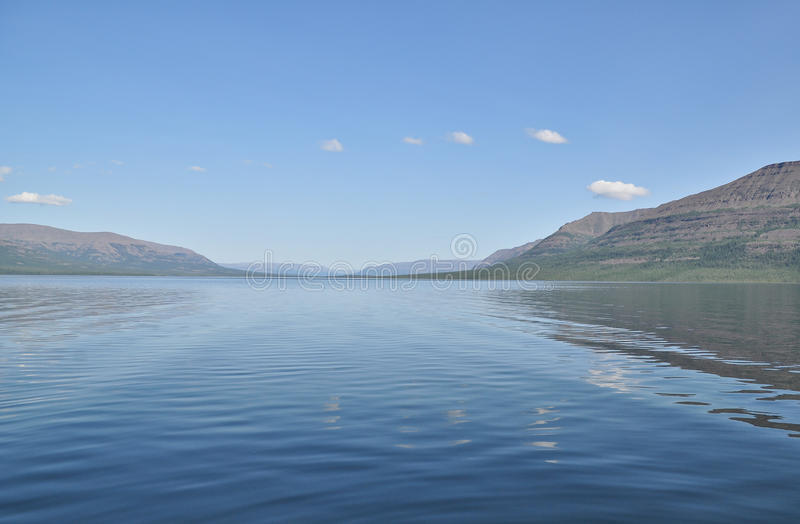 Halny jezioro na jasnym ranku obraz stock