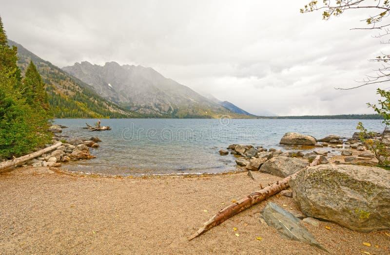 Halny jezioro na Mgłowym spadku ranku obraz royalty free