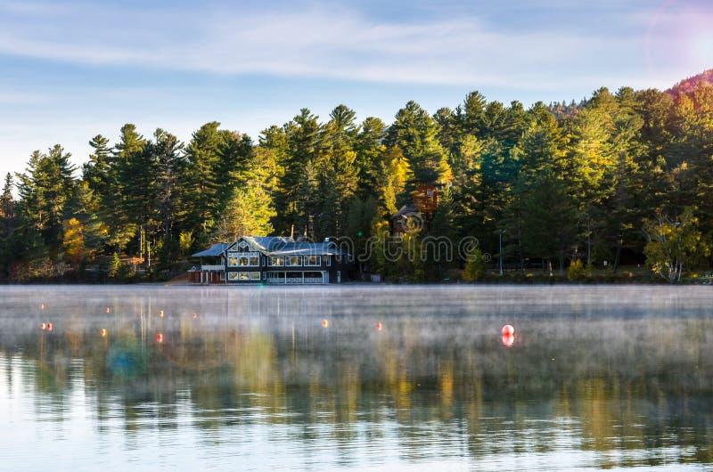 Halny jezioro w Adirondacks przy wschodem słońca fotografia royalty free