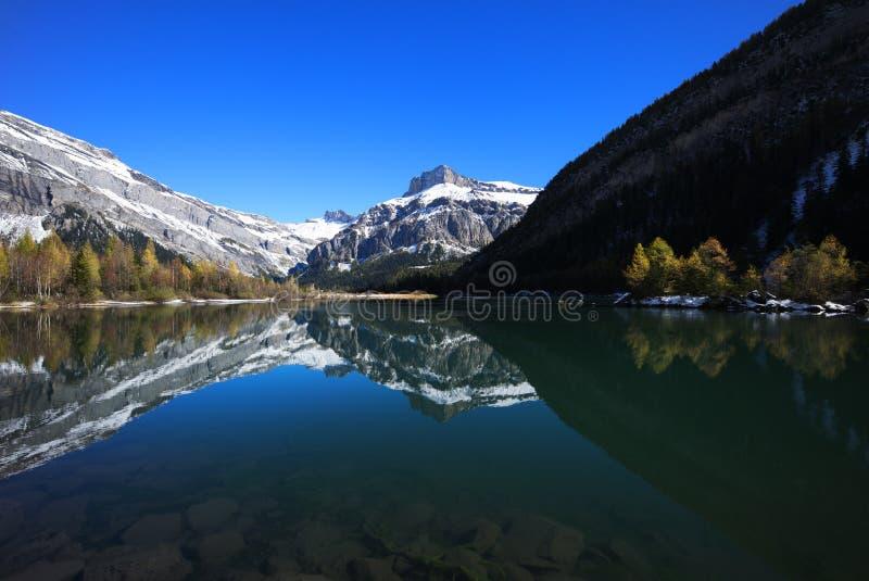 Halny jezioro z śniegiem obrazy royalty free