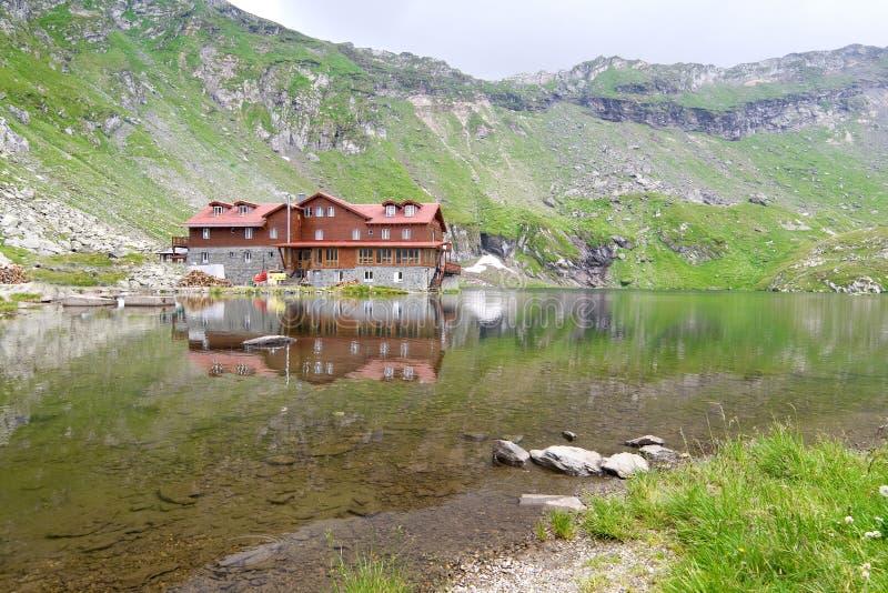 Halny jezioro z kabiną obraz stock