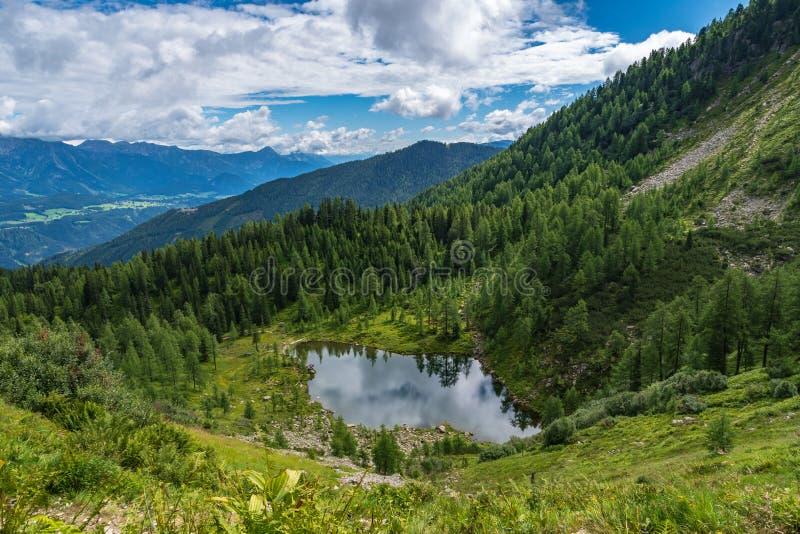 Halny jezioro z odbiciami fotografia royalty free