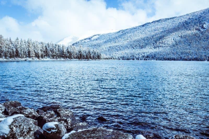 Halny jezioro z skałami na brzeg, zimy mgła nad nawadnia powierzchnię fotografia stock