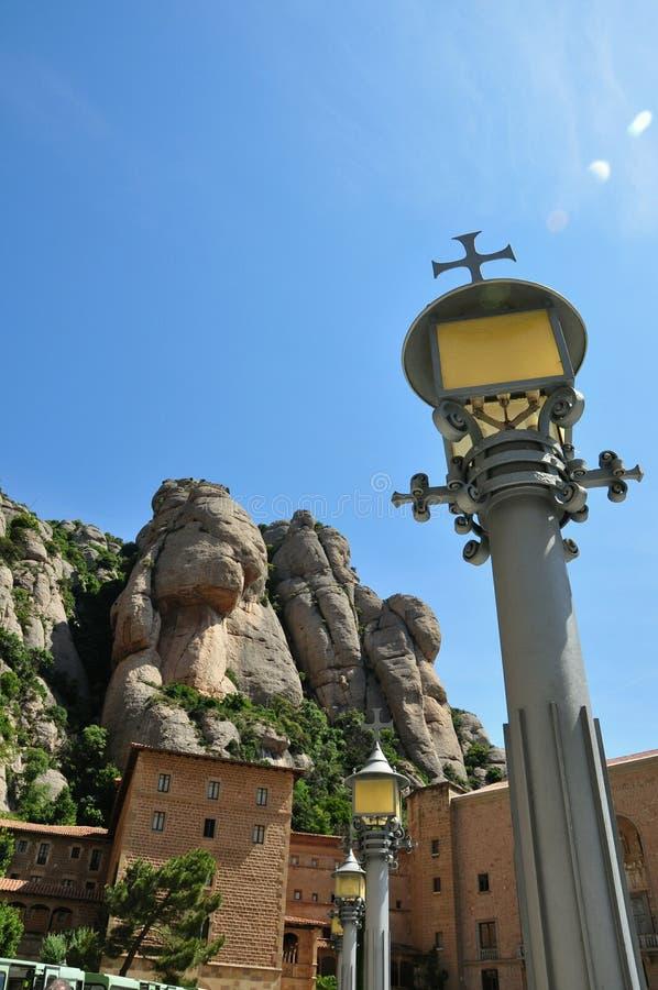 Halny masywny Montserrat i latarnia uliczna obrazy royalty free