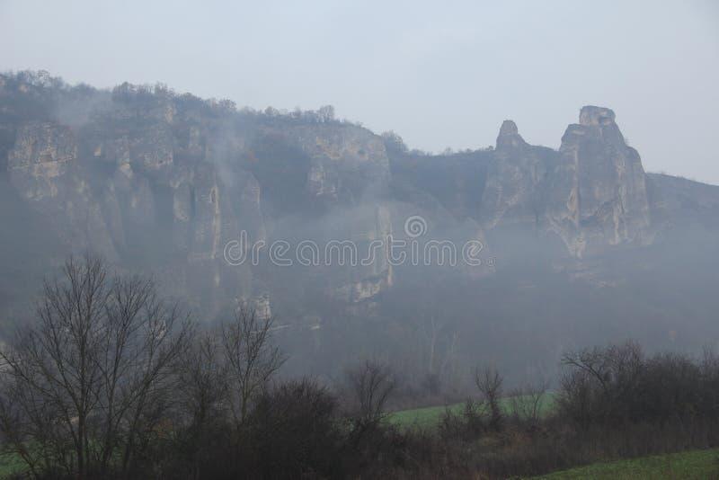 Halny mgły zimy trzy sis dym zdjęcia stock