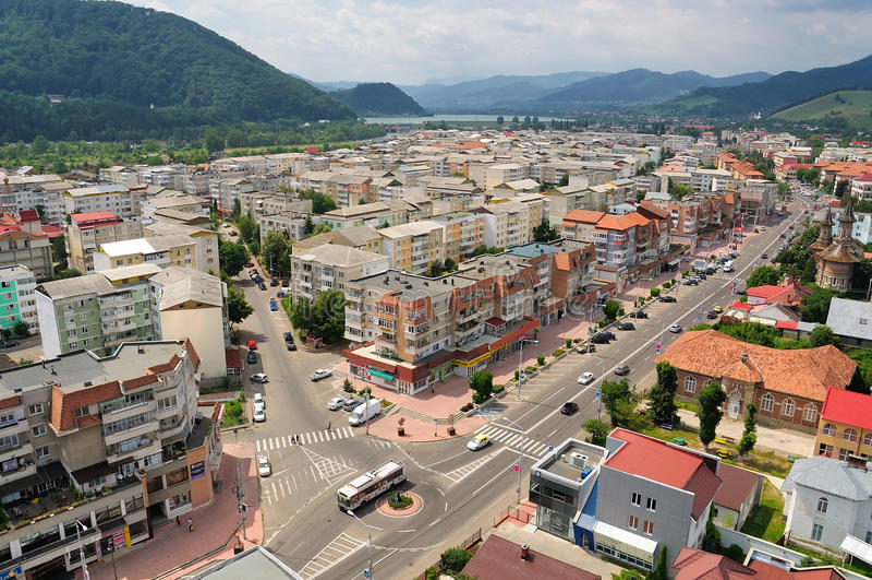 Halny miasto krajobraz, Piatra Neamt, Rumunia zdjęcie stock